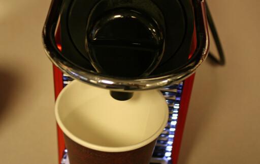 Hvor blir det av kaffen? Vi måtte gi noen av kapslene to forsøk. Foto: Elisabeth Dalseg