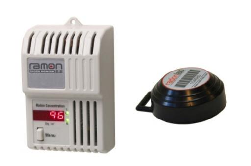 Her er eksempler på elektronisk radonmåler (til venstre) og en boks med sporfilm (til høyre) fra nettbutikken Tryggogsikker.no. Foto: PRODUSENTEN