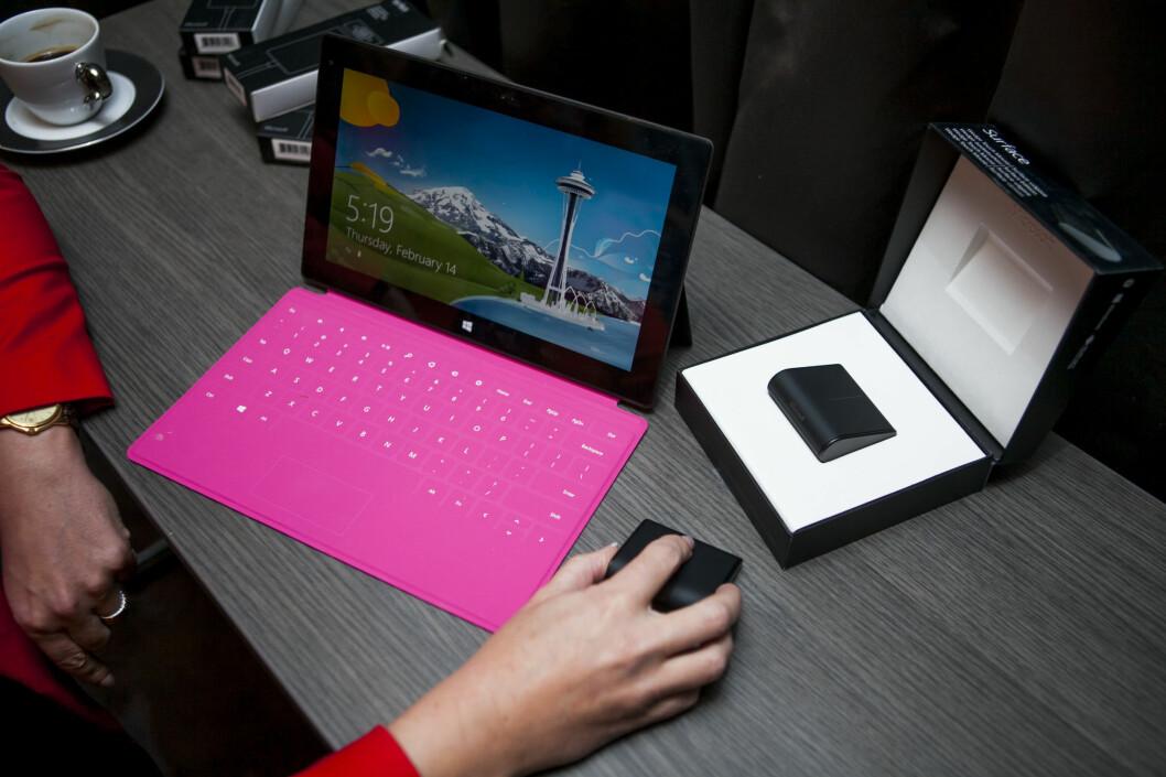 """<strong>EKSTRAUTSTYR:</strong> Noen av Surface-utgavene kommer med tastaturet """"Touch Cover"""" inkludert, som sammen med Surfaces innebygde stand kan gjøre brettet mer PC-aktig. De gir også ut en egen mus.  Foto: Per Ervland"""
