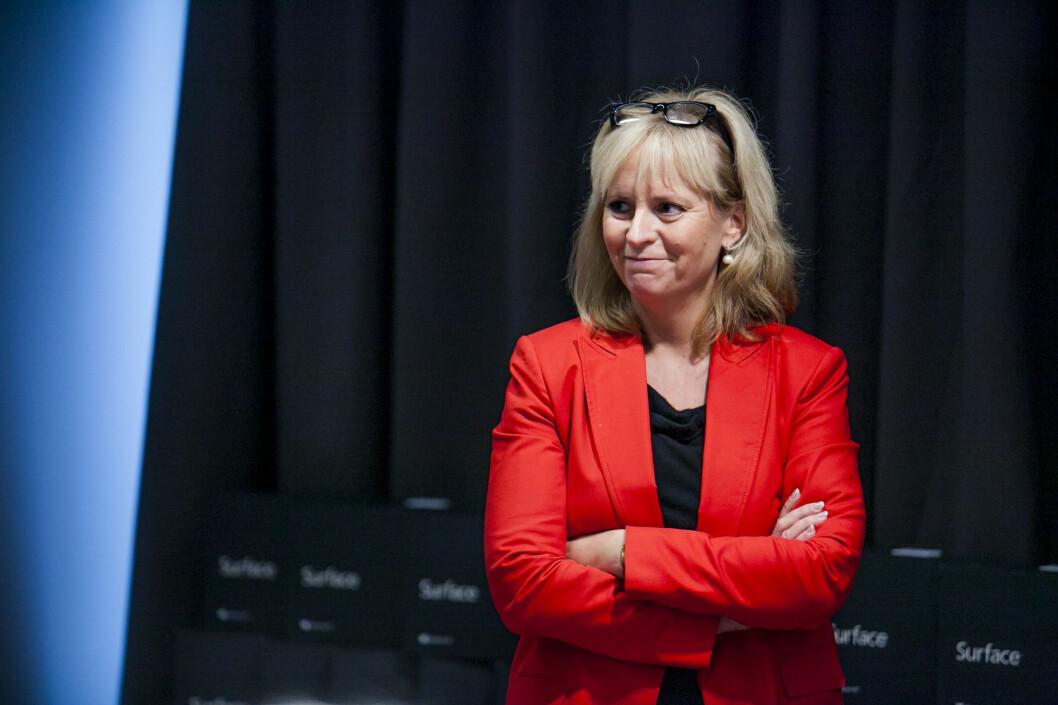 <strong>FORNØYD:</strong> Kommunikasjonsdirektør Christine Korme, tidligere TV-journalist, titter ut på de oppmøtte journalistene.  Foto: Per Ervland