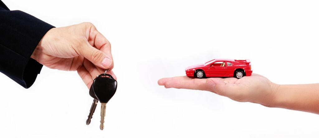 TO MÅTER: Skal du kvitte deg med bruktbilen din kan du enten selge den privat, eller til en butikk, for eksempel som innbytte. Juridisk er ikke forskjellen stor. Foto: COLOURBOX.COM