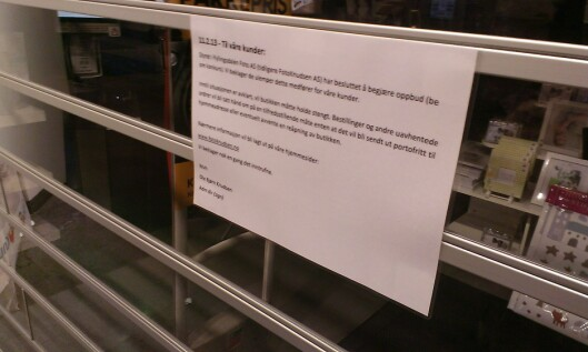 <strong>USIKKERT:</strong> Hva som skjer videre med FotoKnudsen vet vi ikke ennå, men de beklager ulempene via lapper på de stengte butikkdørene, og på nettet.  Foto: Ole Petter Baugerød Stokke