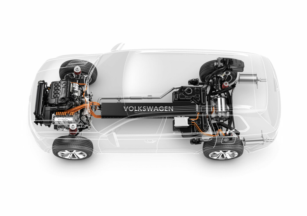 Batteripakken i VW CrossBlue er plassert i den sentralt plasserte tunnelen lavt i bilen. Foto: VW