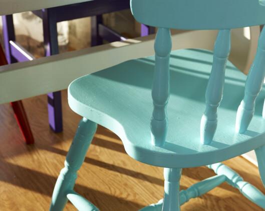 Møbler krever robust maling, så bruk dør- og listmaling, ikke veggmaling om du skal fargesette møbler. <b>Tips:</b> Kjøp prøvemalingsbokser, om du ikke skal male så mye i samme farge. En liter er noen ganger alt for mye. (Turkis stol: Tropisk Øy IN-572 Lilla stol: Lilla Karma IN553 Begge fargene er fra Flügger.) Foto: Frode Larsen/Ifi.no