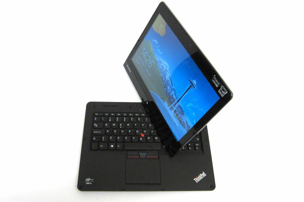 Ved hjelp av et enkelt håndgrep kan skjermen dreies rundt 180 grader, og klappes over tastaturet. Foto: Bjørn Eirik Loftås