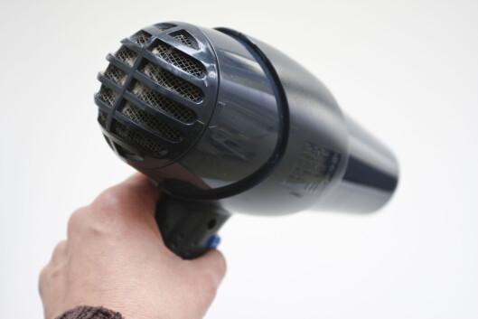 Hjelp av hårføner? Produsentene er uenige om hvorvidt dette er til skade eller gagn. Foto: Colourbox.com