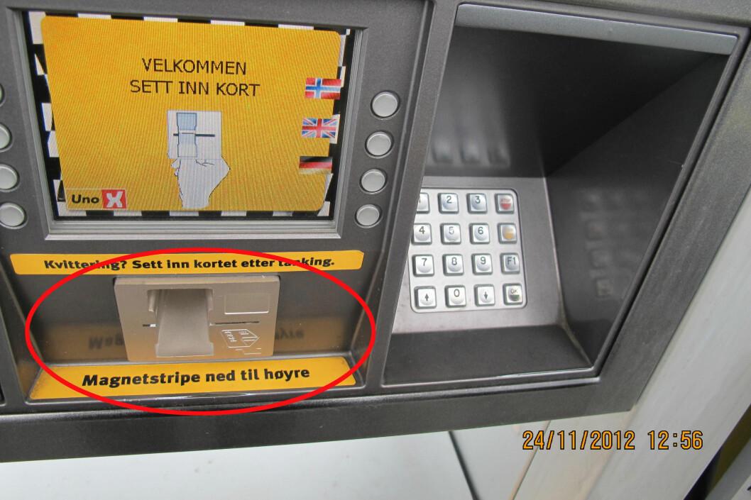 <strong><b>PASS PÅ HER:</strong></b> På denne selvbetjente bensinstasjonen er det montert skimming-utstyr på betalingsterminalen. Selve kortleseren stikker lengre ut enn panelet.  Foto: POLITIET