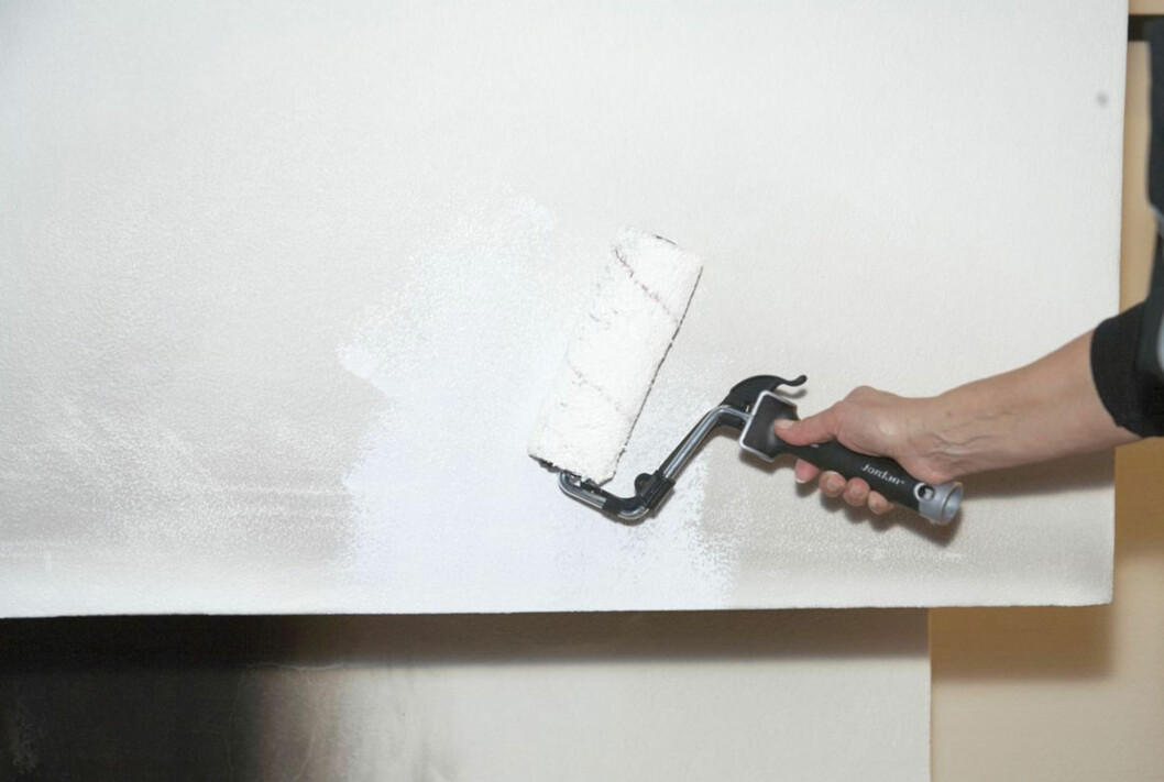 Det er ikke bare å male over med vanlig maling. Sotflekket underlag må vaskes og grunnes med spesiell grunning for at det skal holde seg pent. Foto: KRISTIAN OWREN / IFI.NO