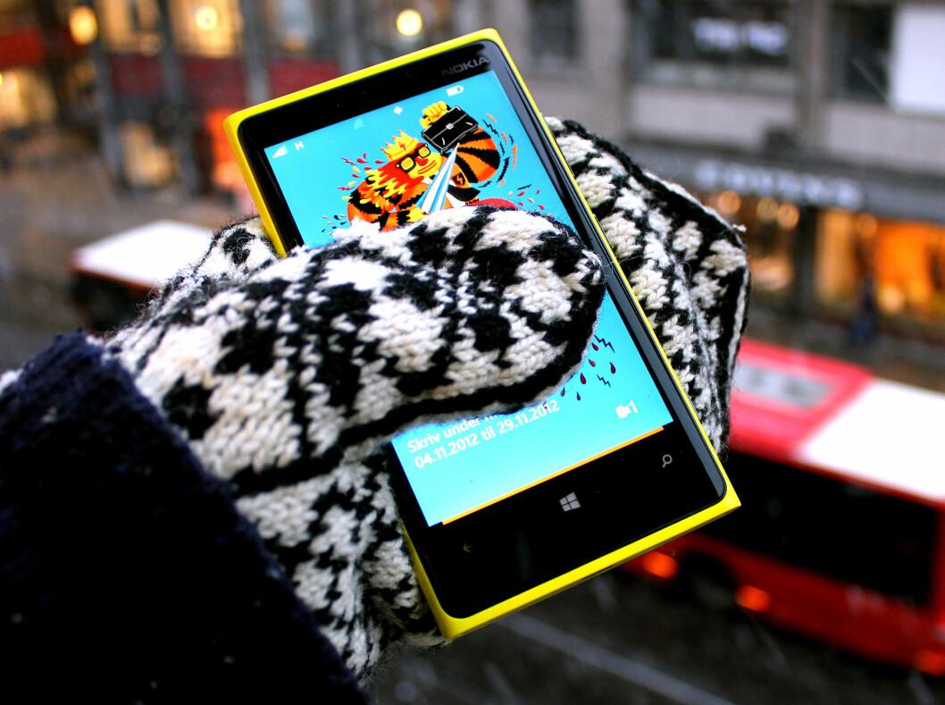 <strong>HANSKER HANSKER:</strong> Nokia Lumia 920 takler både hansker og votter, men sliter litt med å oppdage bevegelsene våre i kulda. Foto: Ole Petter Baugerød Stokke