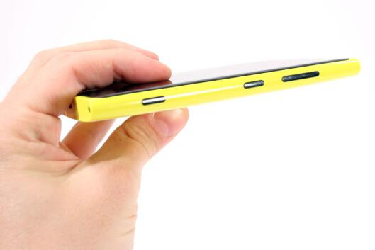 <strong>KAMERAKNAPP:</strong> Nokia Lumia 920 har, som alle andre Windows Phone-telefoner, en egen kameraknapp. Fint for de som liker det.  Foto: Ole Petter Baugerød Stokke