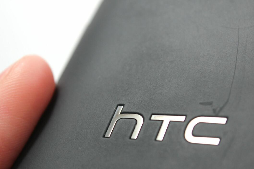<strong>RIPETE:</strong> HTC Windows Phone 8X blir svært fort svært ripete bak. Dette fordi overflaten er ru, som også gjør at ripene ikke alltid synes så godt i dårlig lys. Foto: Ole Petter Baugerød Stokke