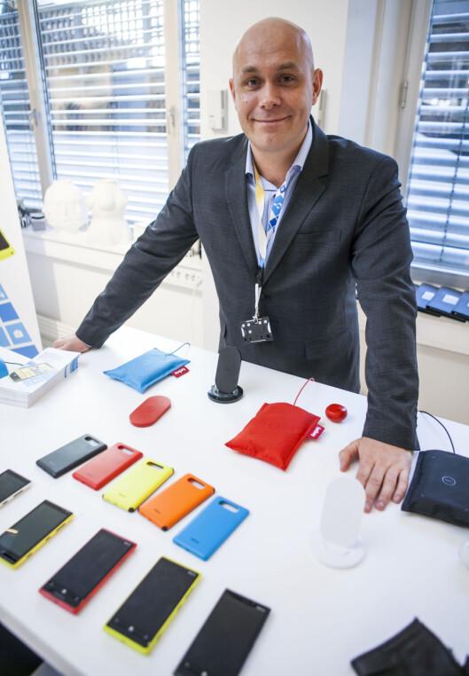 """<strong>MYE UTSTYR:</strong> Kundeansvarlig Henrik Fagernes i Nokia Norge viser DinSide hvordan deres nye Lumia 920 og 820 selges med en lang linje ekstrautstyr. Til og med ekstrautstyr til ekstrautstyret, i form av """"puter"""" til den trådløse laderen.  Foto: Per Ervland"""