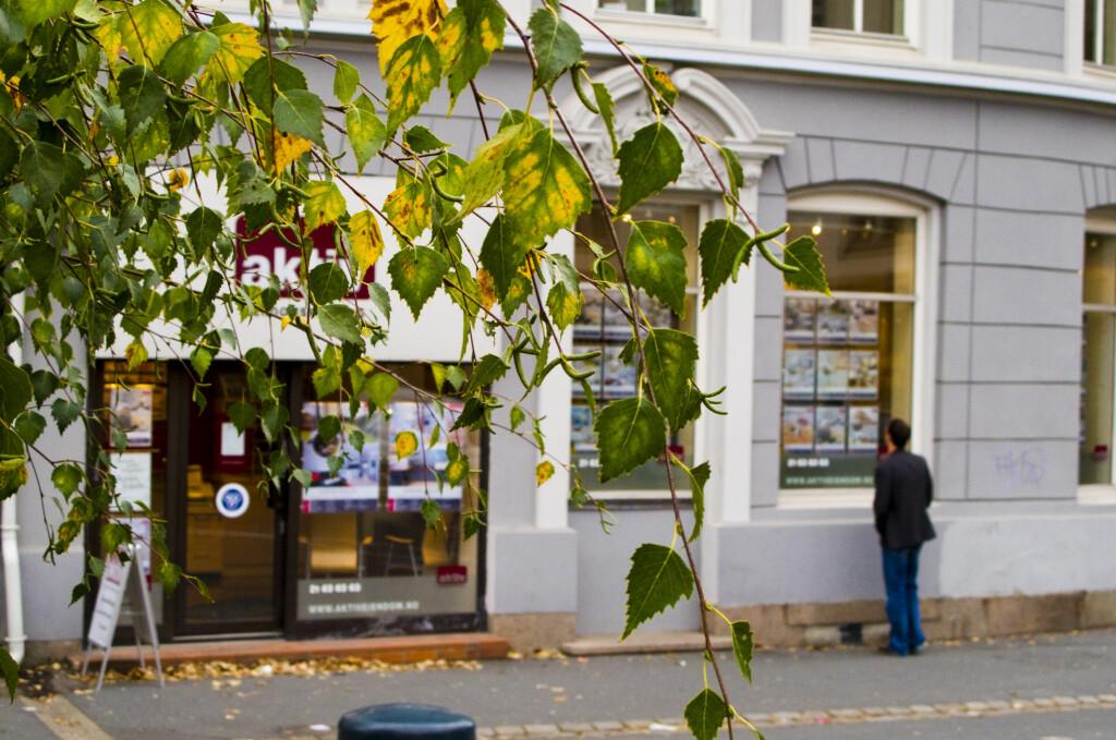 <b>Lite boligprisfall:</b> Et like sikkert høsttegn som at bladene gulner. Foto: Per Ervland