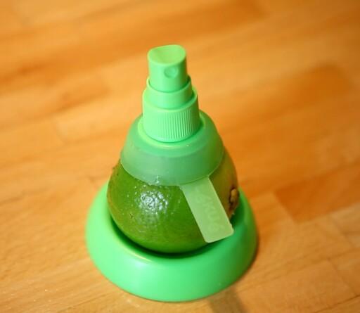 Den lille grønne skålen som følger med er fin å hvile sitrusfrukten på når den ikke er i bruk.  Foto: Per Ervland