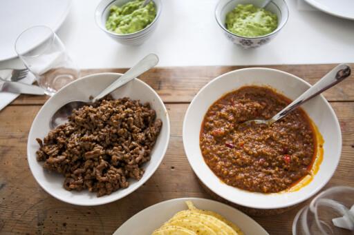 Tradisjonell tacokjøttdeig til venstre, ferdig tacomix fra Toro til høyre. Foto: PER ERVLAND
