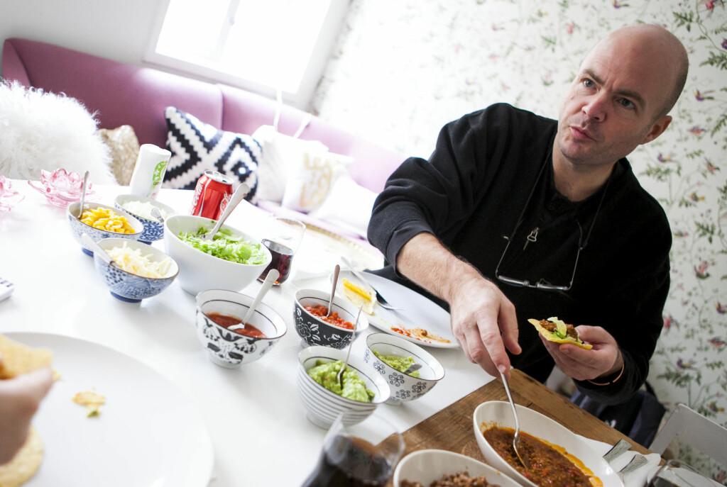 Kokebokforfatter Jørgen O. Grann gir sin dom over Toros nye tacoprodukter. Foto: Per Ervland