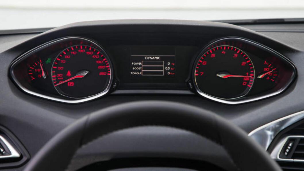 <strong>SPORTY:</strong> Velger man dynamic-funksjonen på den 3-sylindrede bensinmotoren, blir alt rødt i displayet og motorlyden tilnærmet racing-aktig. Gassrespons og oppsett blir mer dynamisk. Foto: PEUGEOT