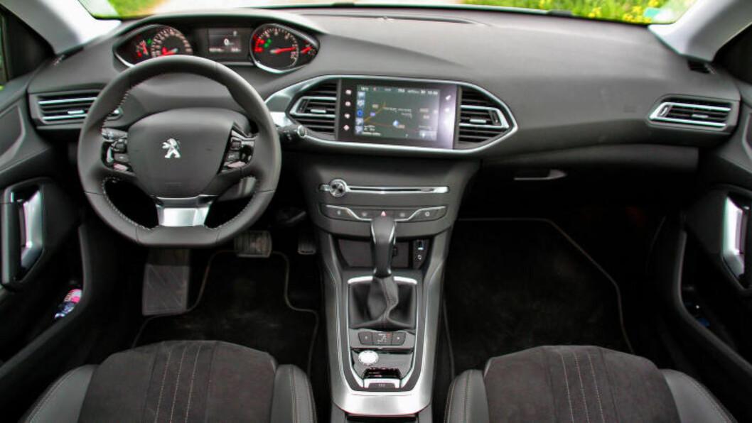 <strong>RENSET:</strong> Peugeot har virkelig ryddet opp i interiøret. i-Cockpit, kaller de det og det er en god del mer innovativt enn bilens ytre - som i Tesla Model S foregår det meste via skjerm - uten sammenligning for øvrig. Foto: KNUT MOBERG / DINSIDE.NO