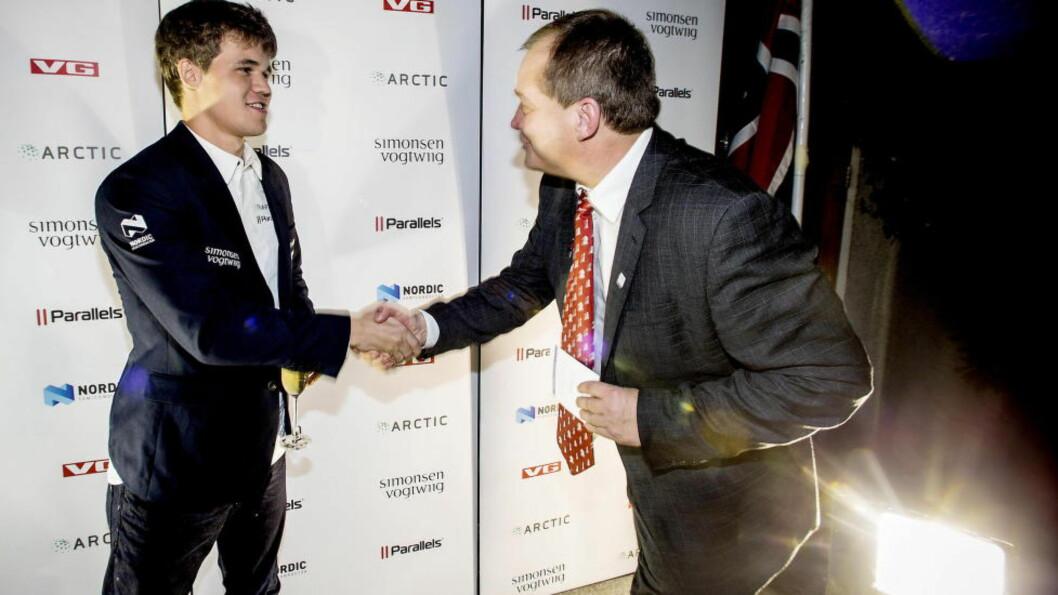 <strong>TIL NORGE?:</strong> President i Norges Sjakkforbund, Jøran Aulin-Jansson (t.h.), håper fortsatt på en norsk søknad til sjakk-VM. Her gratulerer han Magnus Carlsen med seieren i Chennai. Foto: Bjørn Langsem / DAGBLADET