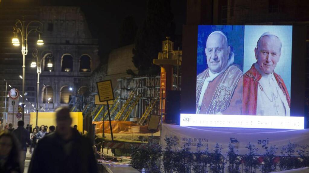 To folkekjære paver ble kåret til helgener av pave Bergoglio i Roma, søndag 27. april. Til venstre pave Roncalli, til høyre pave Wojtyla. Foto: EPA/MASSIMO PERCOSSI