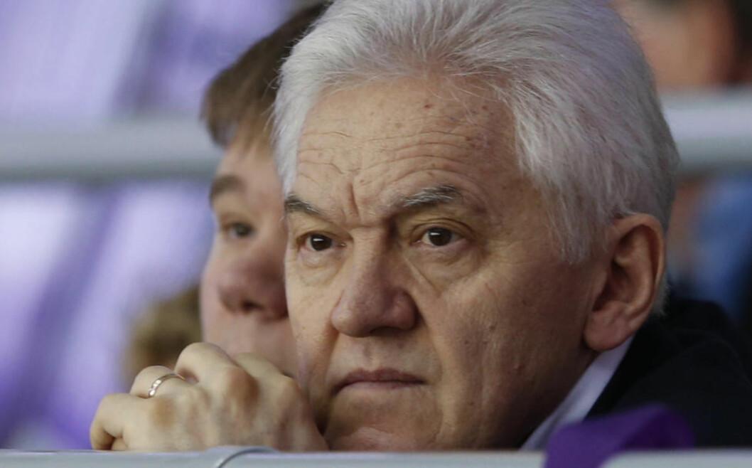 BLIR KRAFTIG RAMMET: Den russiske forretningsmannen Gennadij Timsjenko blir kraftig rammet av sanksjonene amerikanske myndigheter har innført. I mars ble han personlig svartelistet, og i går ble en rekke av hans selskaper ført opp på lista. På dette bildet følger Timsjenko med på en ishockey-kamp mellom Russland og Norge under OL i Sotsji 18. februar. Foto: Reuters/Grigory Dukor/NTB Scanpix