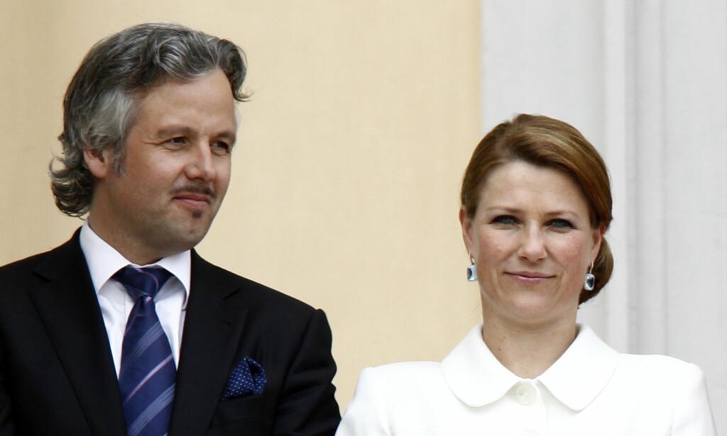 SLUTT: Ari Behn og Prinsesse Märtha Louise på slottsbalkongen i forbindelse med feiringen av kongeparets 75-års dager. Foto: Lise Åserud / NTB scanpix