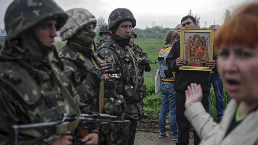 <strong>KANON MOT IKON:</strong> Ukrainske soldater startet idag en militæroperasjon mot pro-russiske okkupanter i byen Slovjansk. EPA/ROMAN PILIPEY Scanpix