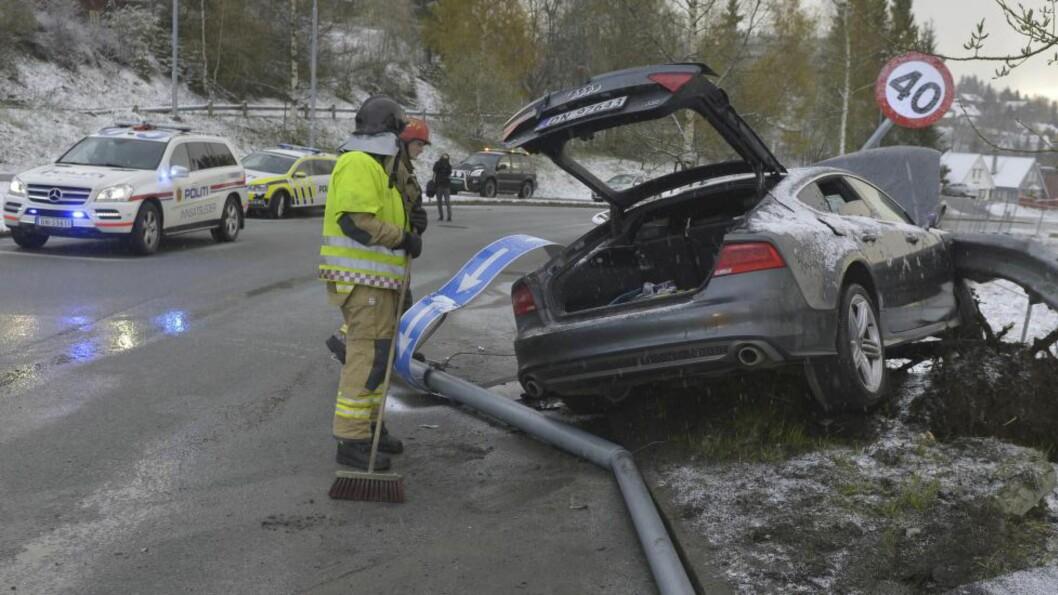 <strong>KOLLISJON:</strong> Bilen til Petter Northug braste inn i autovernet i general Bangs vei i Trondheim tidlig søndag morgen. En av de to som skal ha vært i bilen stakk av. Politiet mistenker promillekjøring. Foto: Henrik Sundgård / NTB scanpix