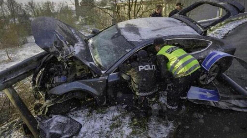 ULYKKESBILEN:: Petter Northugs bil skal ifølge politiet ha kjørt over en rundkjøring og meiet ned flere trafikkskilt før den stanset i autovernet. - Greie kjørehold forklarer ikke ulykken, sier politiets innsatsleder til Adresseavisen. Foto: Henrik Sundgård, Nyhetstips.no.