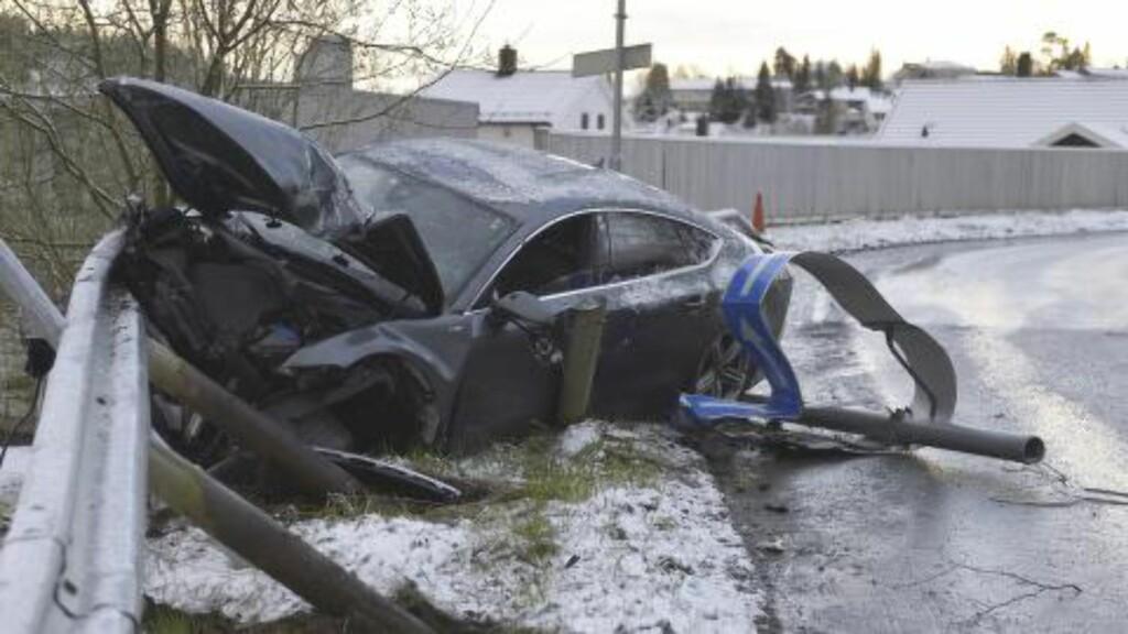 STYGG KRASJ: Slik så bilen til Petter Northug ut etter krasjen natt til søndag. Foto: Henrik Sundgård / NTB scanpix