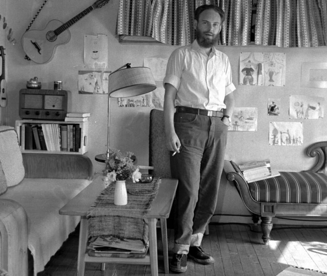 <strong>OMSTRIDT:</strong> Agnar Mykle ble stilt for retten for å ha utgitt såkalt «utuktig skrift» i romanen «Sangen om den røde rubin» (1956). Han ble først dømt, men siden frikjent i høyesterett. Her er forfatteren hjemme på Abildsø i Oslo i 1955. Foto: SVERRE A. BØRRETZEN / AKTUELL / NTB SCANPIX