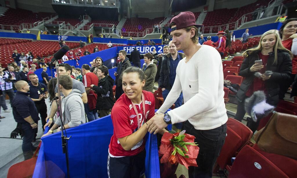 KJÆRESTER: Nora Mørk og Stefan Strandberg. Dette bildet er fra EM i 2014 i Ungarn. Det endte med gull. Foto: Bjørn Langsem