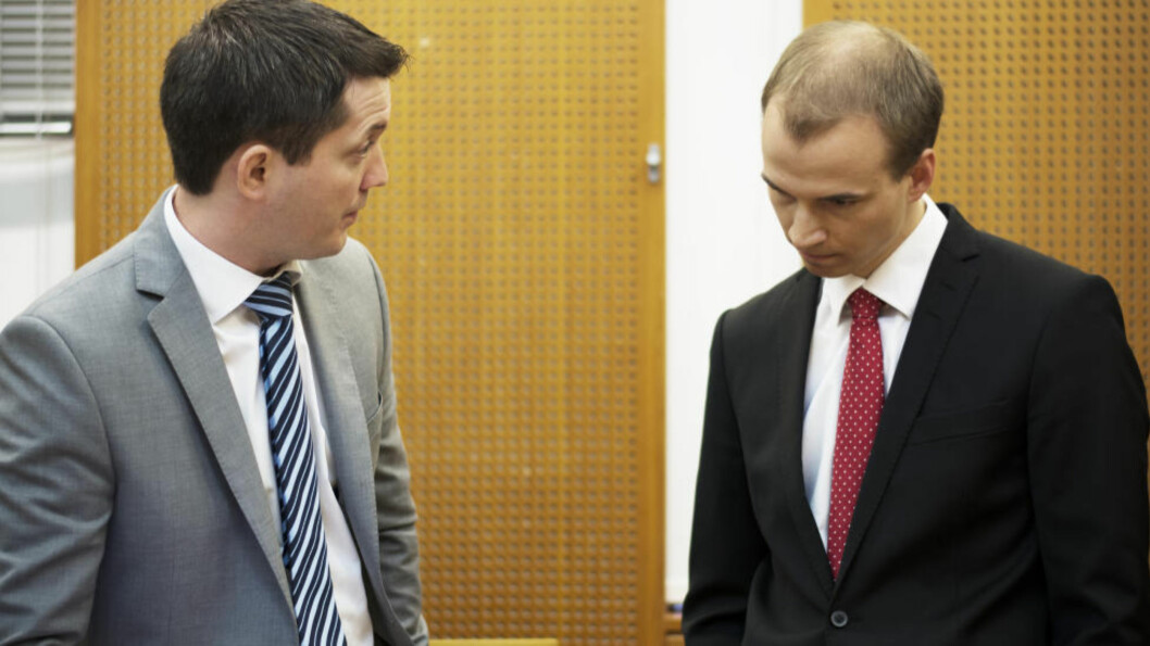 <strong>VENTER:</strong> Aktor Andreas Strand (t.v.) og forsvarer Knut-Ole Bakke Hansen (t.h.) må nå vente på at saken mot tingrettsdommeren blir berammet på ny. Foto: RALF LOFSTAD / DAGBLADET