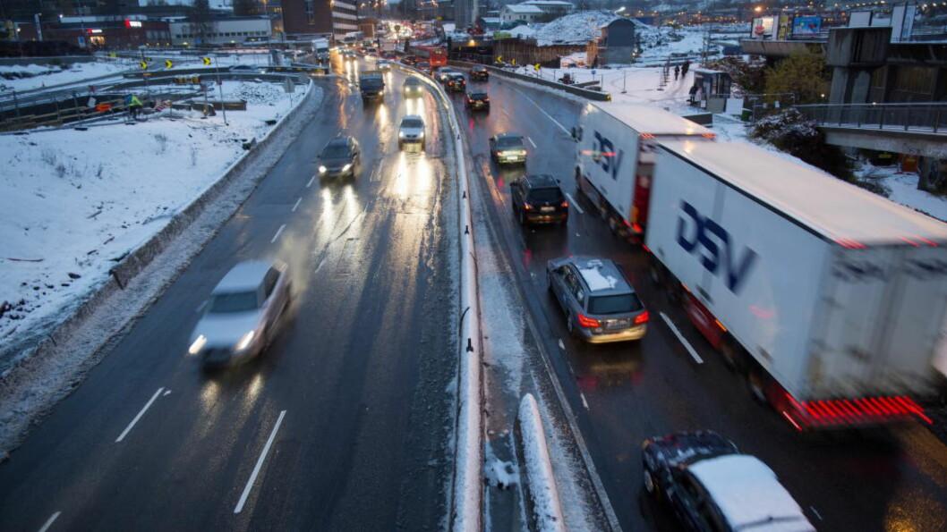 TUNGTRANSPORT STÅR FOR 70 PROSENT:  Overgangen til elbiler gir ikke noen umiddelbar effekt i bedre luftkvalitet over norske byer, som ifølge EFTAs overvåkningsorgan har farlig høye verdier av luftforururensining. Her fra Økern i Oslo. Illustrasjonsfoto: Thomas Winje Øijord / NTB Scanpix.