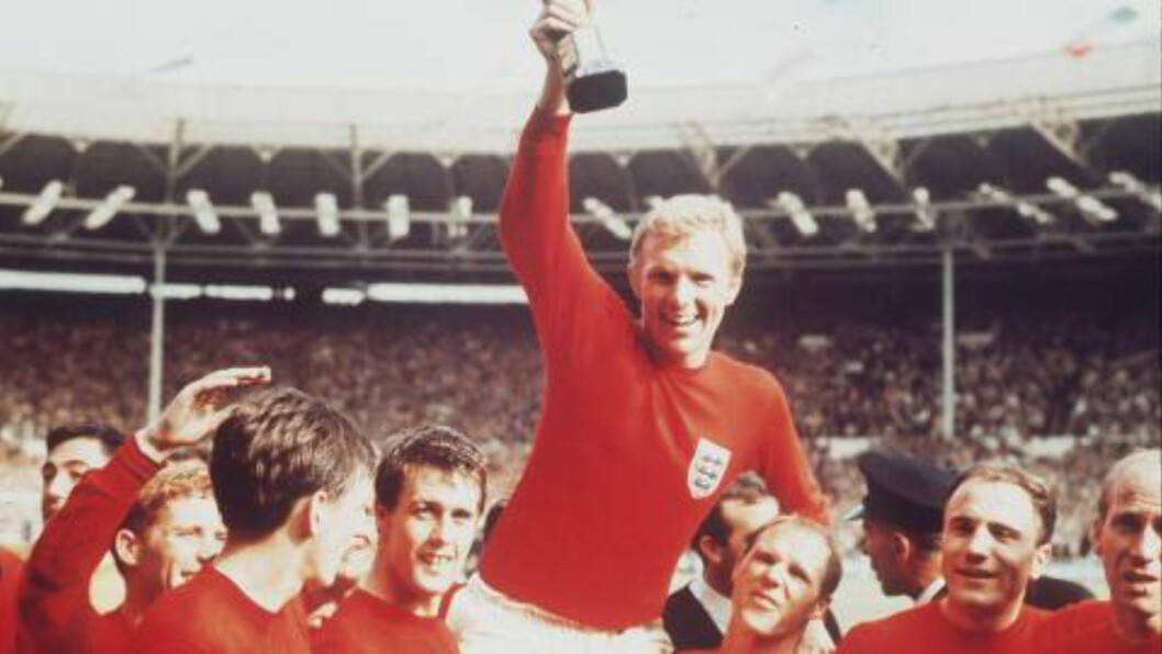 <strong>ÉN TRIUMF:</strong> England-kaptein Bobby Moore hever VM-trofeet på Wembley i 1966. Foto: AP Photo / NTB Scanpix