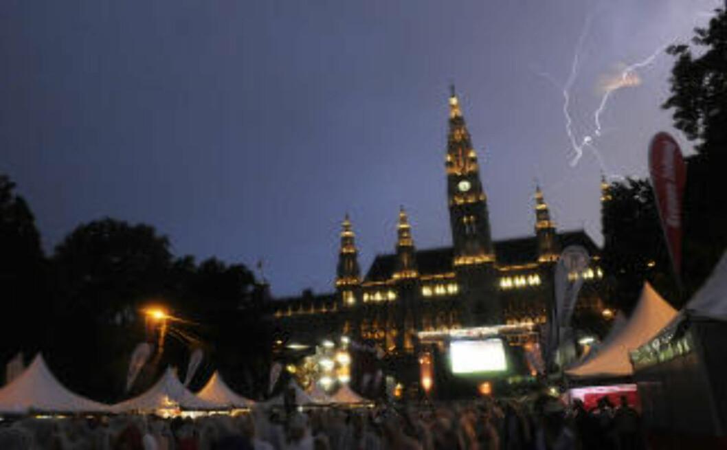 <strong>WIEN:</strong> Fra 28. juni og ut august arrangeres også en utendørs filmfestival på rådhusplassen, som sammen med matfestivalen samme sted er ventet å trekke 700 000 publikummere. Foto: SAMUEL KUBANI / AFP PHOTO / NTB SCANPIX