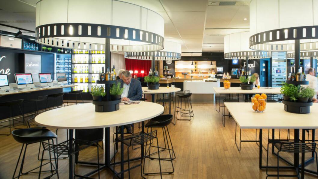 <strong>BILLIGERE ENN RESTAURANT:</strong> Kjøper du deg adgang til loungen, kan du spise og drikke så mye du vil - i tillegg til å slappe av i fred og ro, og ha tilgang på aviser, WiFi og annet. Bildet er fra SAS' business-lounge på Oslo Lufthavn. Foto: SAS
