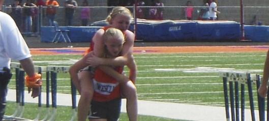 Da Chloe (13) falt, løftet tvillingsøsteren henne opp og bar henne på ryggen til mål