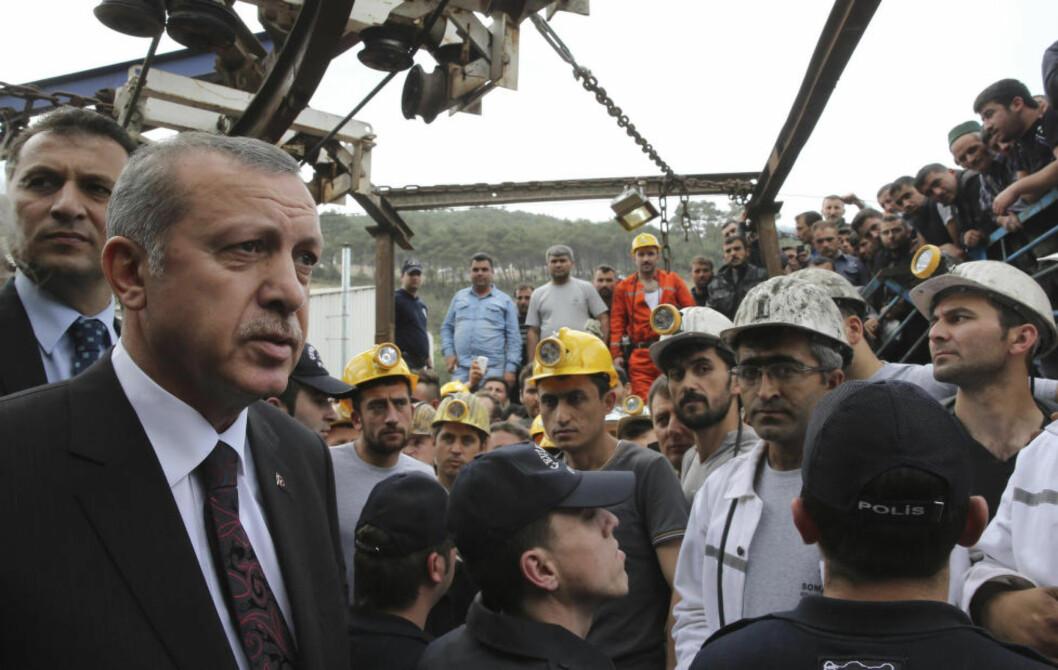 <strong>ANKLAGET:</strong>  Tyrkias statsminister, Recep Tayyip Erdogan fikk ingen vennlig velkomst i Soma etter gruve-tragedien. Han anklages som den øverste ansvarlige for ulykka. Men på dette bildet fra Statsministerens kontor ser man lite av raseriet. Foto: REUTERS / Scanpix / Statsministerens kontor i Tyrkia / Kayhan Ozer