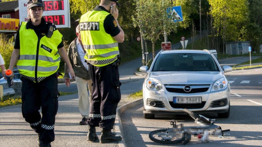 <strong>ALVORLIG FOR 8-ÅRING:</strong>  En åtte år gammel gutt er brakt til sykehus i ambulanse etter at han kolliderte med en bil på sykkel i Heggedal i Asker. Foto: Kristoffer Hagen