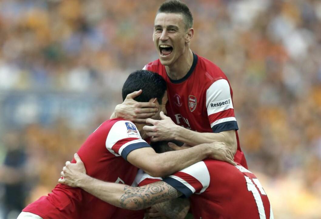 <strong>JUBLET:</strong> Arsenal-spillerne snudde 0-2 til 3-2, og vant FA-cupfinalen på Wembley i dag. Foto:  AFP PHOTO/ADRIAN DENNIS / NTB Scanpix