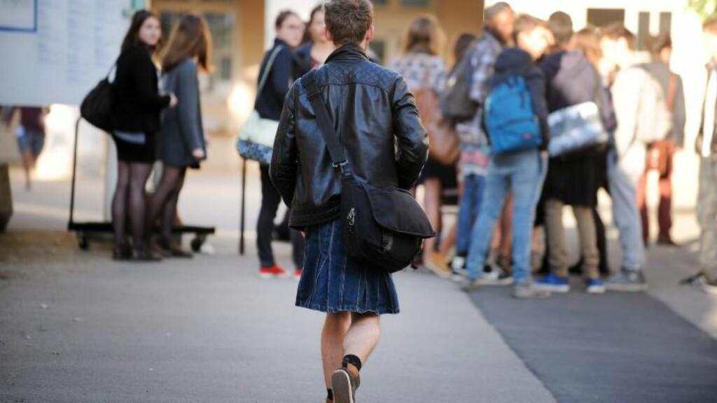 SKJØRTEPROTEST: En mannlig student møtte opp i skjørt på skolen fredag for å bekjempe sexisme, og kjempe for likhet. Foto: JEAN-SEBASTIEN EVRARD / AFP / NTB Scanpix