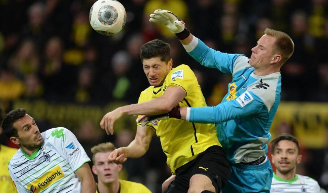 <strong>BARCELONA-KLAR:</strong> Borussia Mönchengladbach-keeper Marc-André ter Stegen i duell med Dortmund-spiss Robert Lewandowski. Den tyske 22-årige keeperen er omsider offisielt bekreftet klar for Barcelona. Foto: Patrik Stollarz, AFP / NTB Scanpix