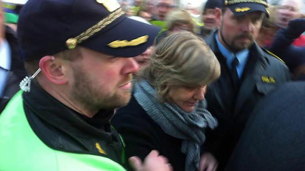 <strong> DEMONSTRASJONER:</strong>  Sykehusdirektør Bess Margrethe Frøyshov måtte ha politieskorte mot engasjerte lokalsykehus-tilhengere under en demonstrasjon på Rjukan 12. desember i fjor. I dag vedtok styret i Sykeshuset Telemark med ni stemmer mot en å legge ned lokalsykehsuene både i Kragerø bofg Rjukan. Foto: Randi H. Fjellbu.