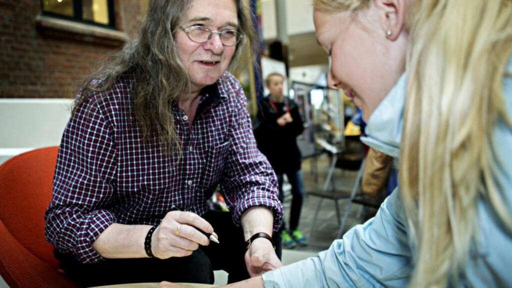 AUTOGRAF: Ingvar Ambjørnsen møtte sine yngste lesere for aller første gang i dag, under litteraturfestivalen på Lillehammer. Erle Fangel fikk autografen hans på armen. Foto: Nina Hansen / Dagbladet