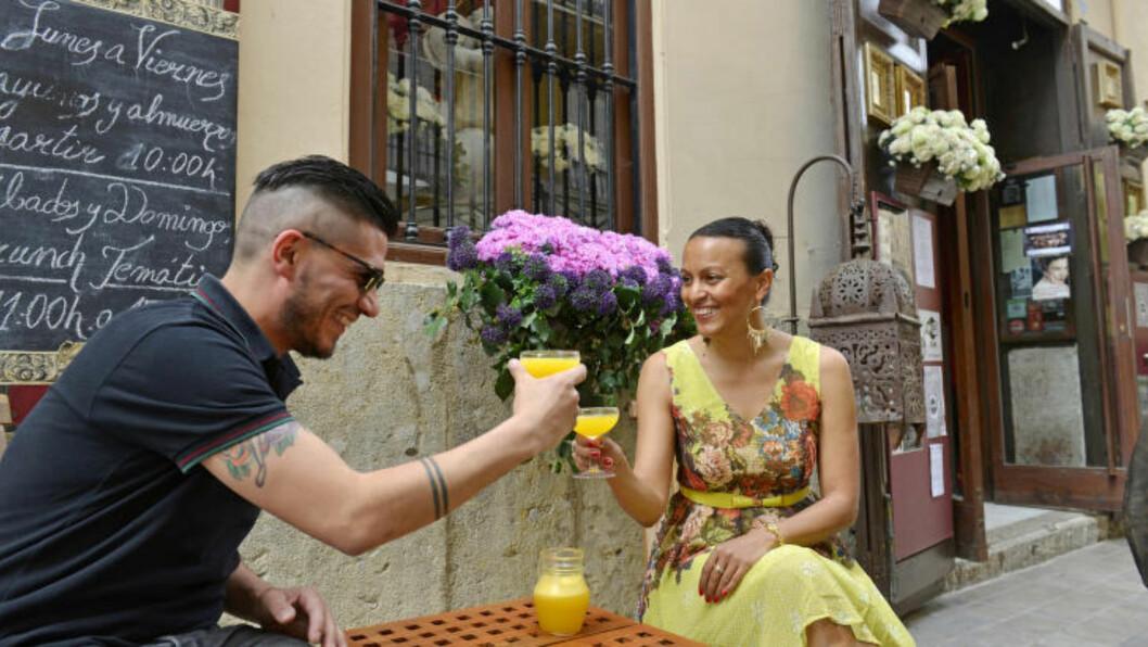 HERLIGT HERLIGT, MEN FARLIGT? Agua de Valencia er forfriskende og godt i den spanske solsteiken. Men det kan lett bli for mye av det gode. Derfor nøyer Esther Vliejer og Richie Rambert seg med en liten mugge. Foto: GJERMUND GLESNES