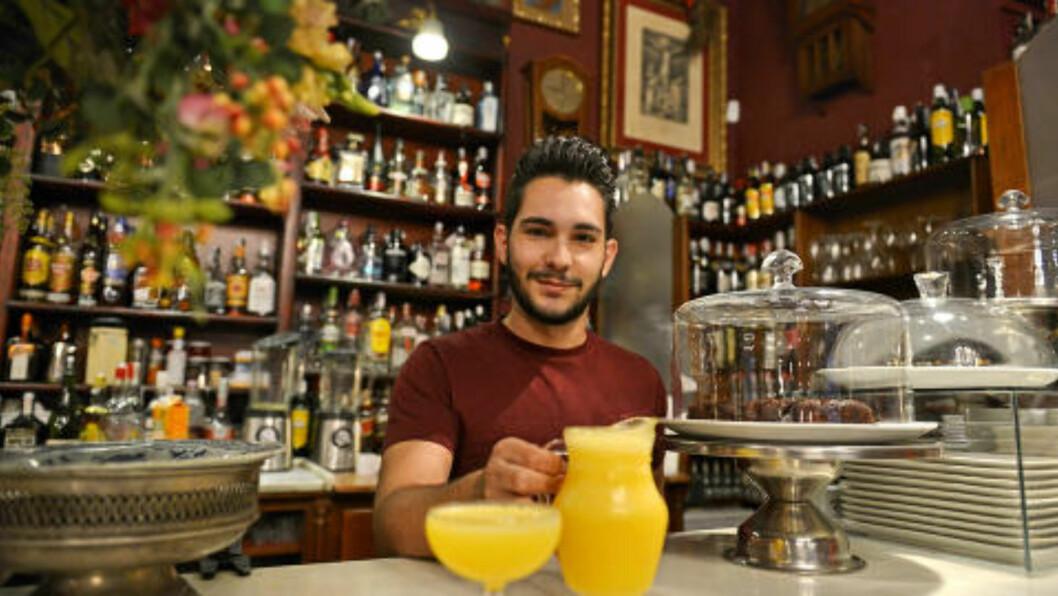 <strong>PÅ SLUMP:</strong> - Folk ser ut til å mene at vi lager byens beste agua de Valecia, sier Café de las Horas? bartender Javier Linuesa, som blander sine cocktails helt uten målebeger. Foto: GJERMUND GLESNES