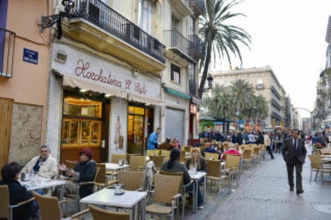 <strong>HORCHATA:</strong> Ingen bør forlate Valencia uten å ha prøvd byens alkoholfrie spesialitet: Nøttedrikken horchata. Gamlebyen har egne horchateriaer som har spesialisert seg på drikken, som smaker spesielt godt sammen med kake. Foto: GJERMUND GLESNES