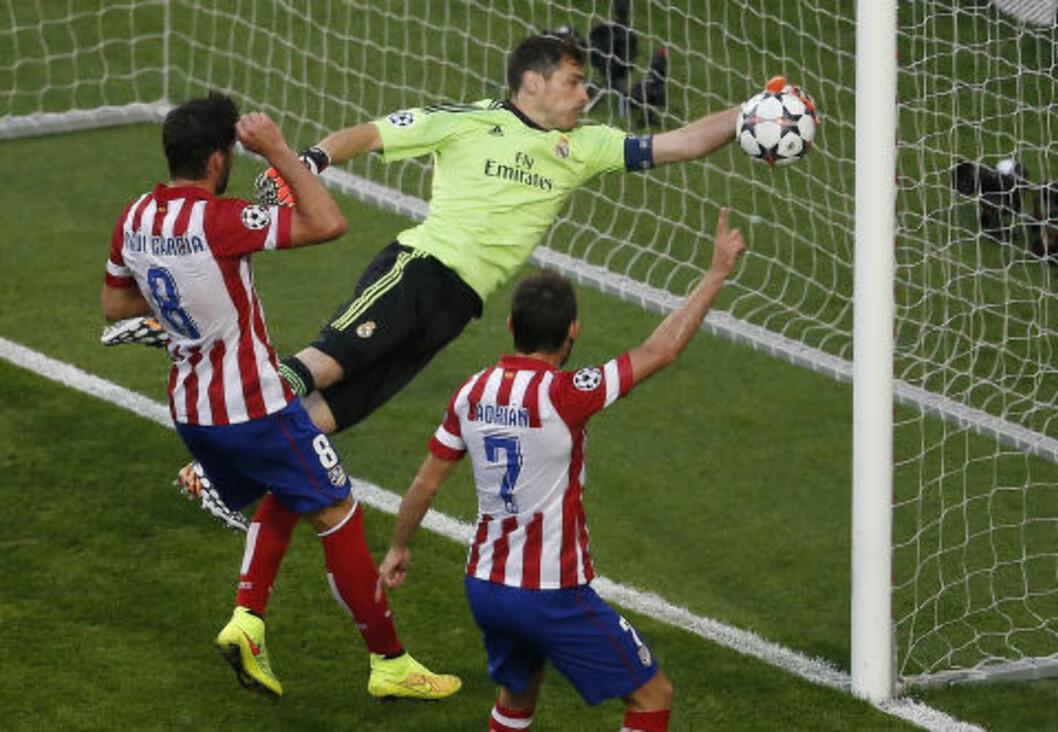 <strong>PRØVER Å RETTE OPP:</strong> Men det er forgjeves, og Atlético Madrid tar ledelsen. Foto:  REUTERS/Sergio Perez/NTB Scanpix