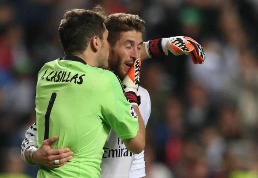 <strong>FIKK TAKK:</strong> Iker Casillas takket målscorer Sergio Ramos. Foto:  EPA/MARIO CRUZ/NTB Scanpix